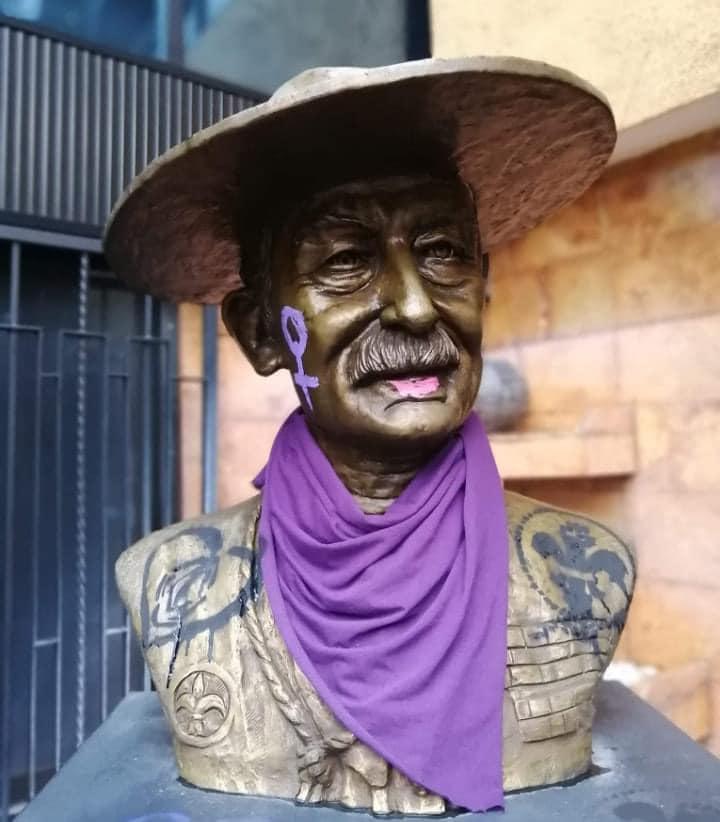Busto del fundador durante la protesta: ¡Baden Powell consciente, se une al contingente!
